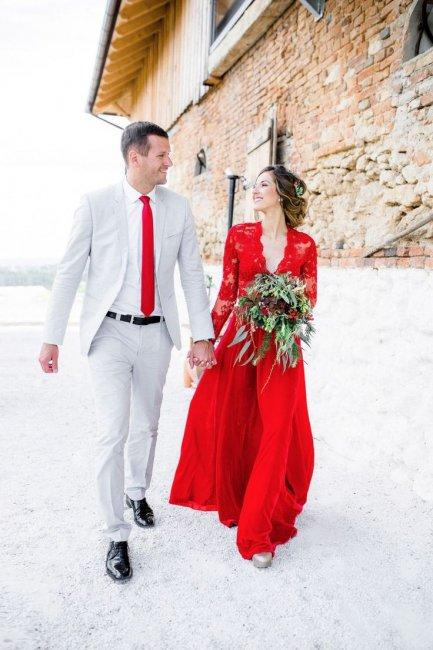 Невеста с букетом в красном свадебном платье
