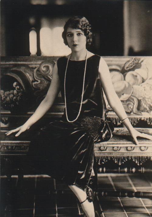 Девушка в черном бархотном платье в стиле Гетсби с заниженной талией