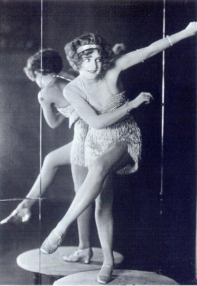 Девушка в коротком платье с бахромой с тиле Гетсби