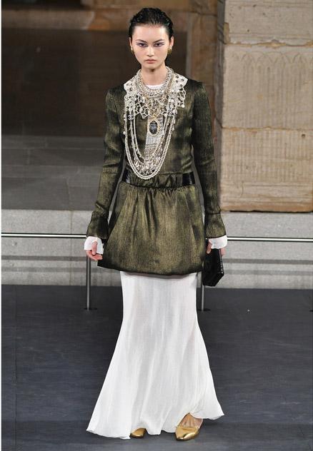 Девушка в юбке макси, платье и ожерелье
