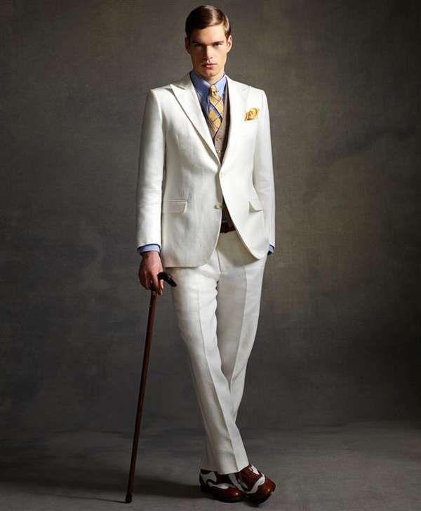 Модель в белом костюме в стиле Великий Гетсби, жилет и голубая рубаха