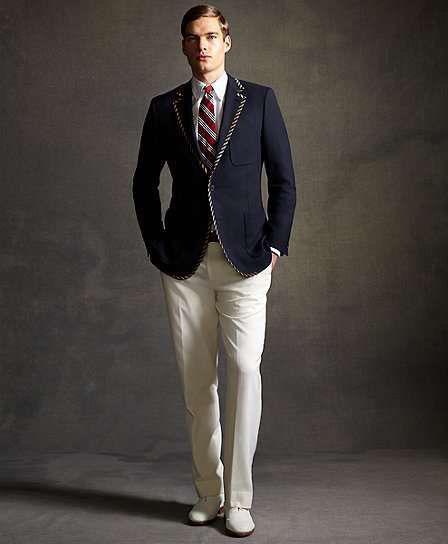 Модель в белых брюках, темно-синий приталенный пиджак, галстук в полоску в стиле Гетсби