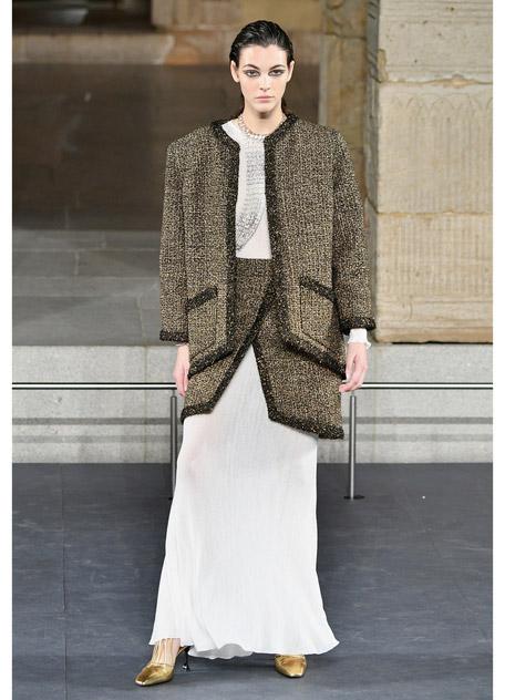 Модель в легком белом платье и коричневый твидовый костюм
