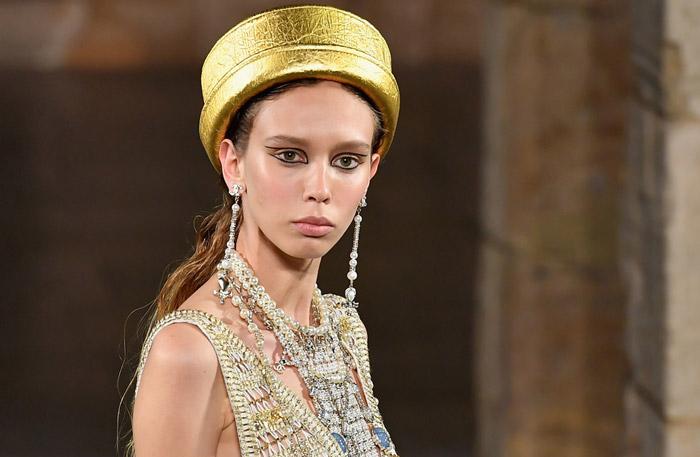 Модель в золотой шляпке