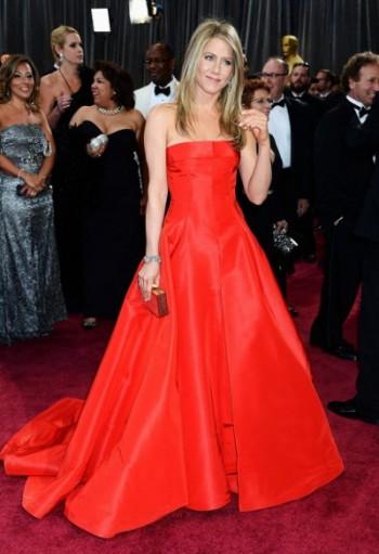 красный цвет одежды для блондинок с любым оттенком волос
