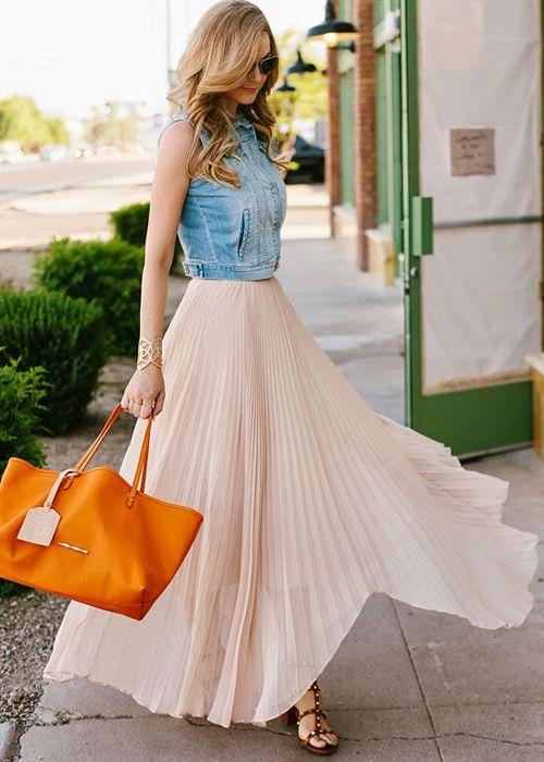 длинное платье и джинсовая жилетка
