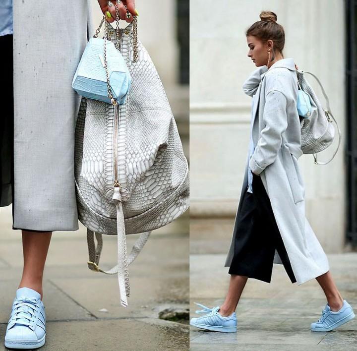 льняные брюки и кроссовки