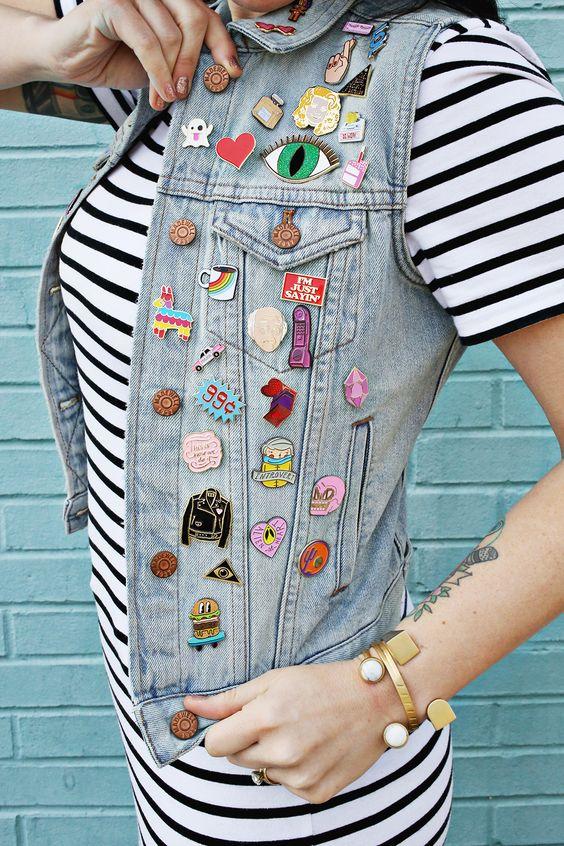 значки на джинсовой жилетке