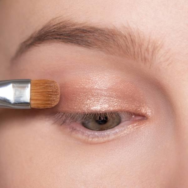 Нанесение основного цвета на веко для будничного макияжа
