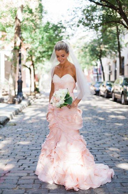 Свадебное платье розового цвета фасона русалка