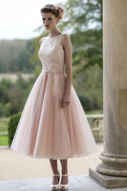 Нежно-розовое свадебное платье чайной длины