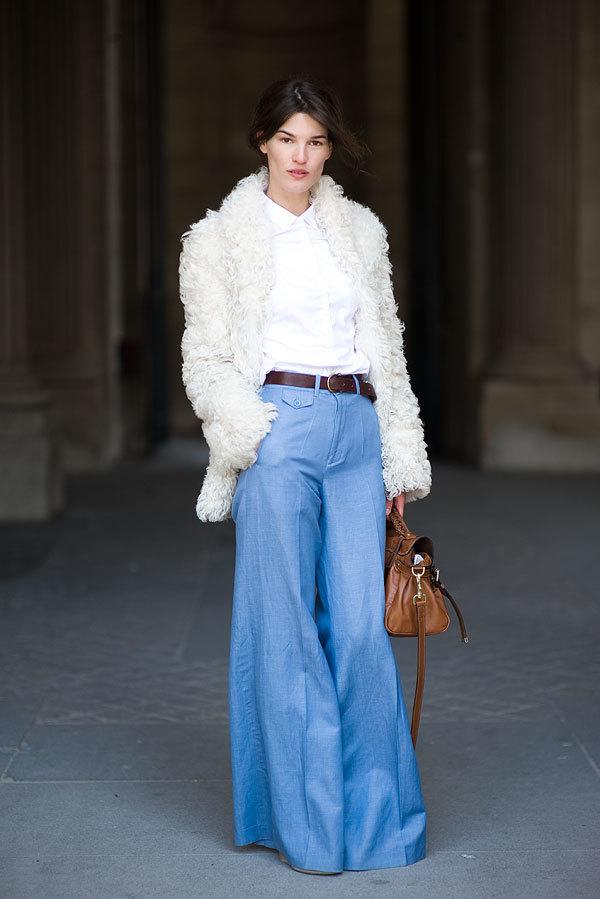 Широкие джинсы и белая шуба