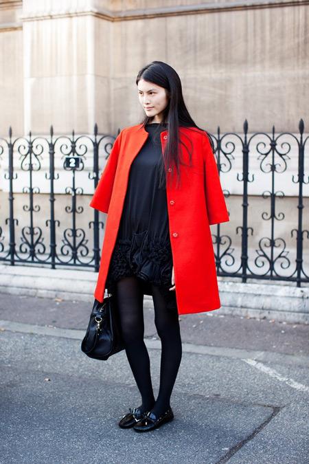 Девушка в черном платье и в красном пальто