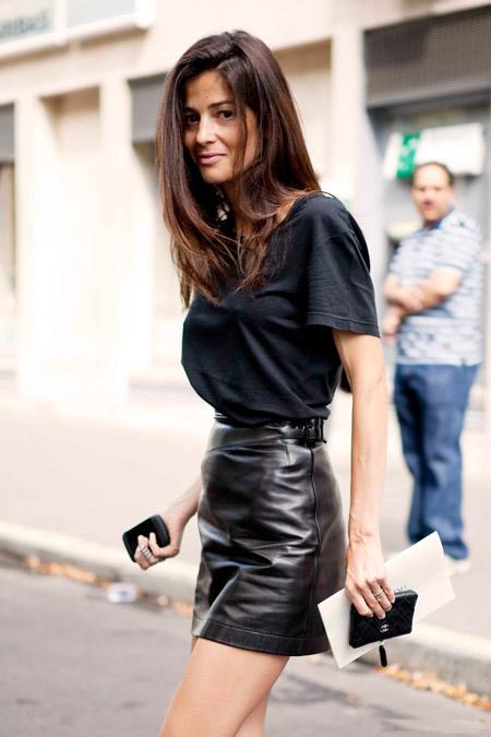 Девушка в короткой черной юбке и в черной футболке