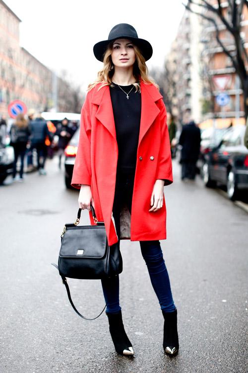 Девушка в черной шляпе и красном пальто