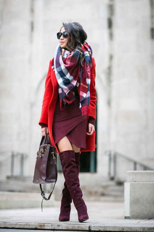 Девушка в клетчатом шарфе и красном пальто