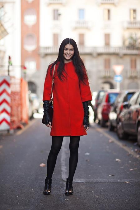 Девушка в красном пальто и длинных перчатках