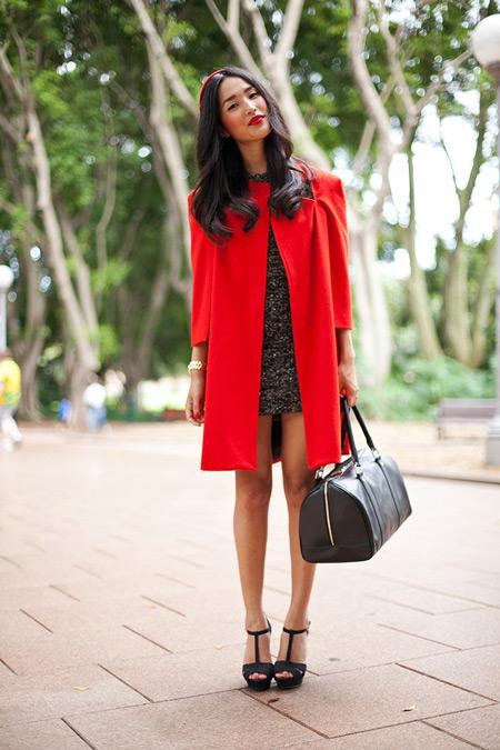 Девушка в красном пальто и с большой черной сумкой