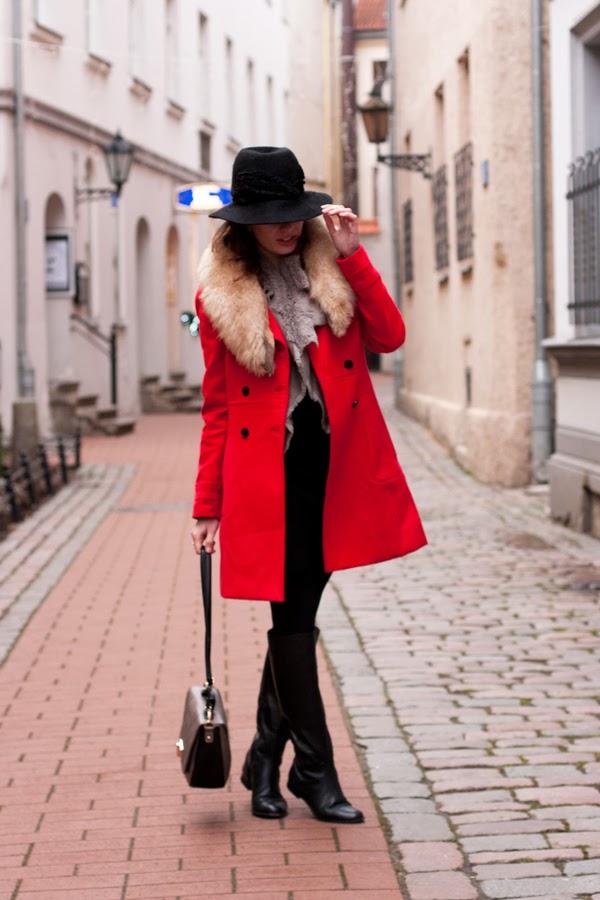 Девушка в пальто красного цвета