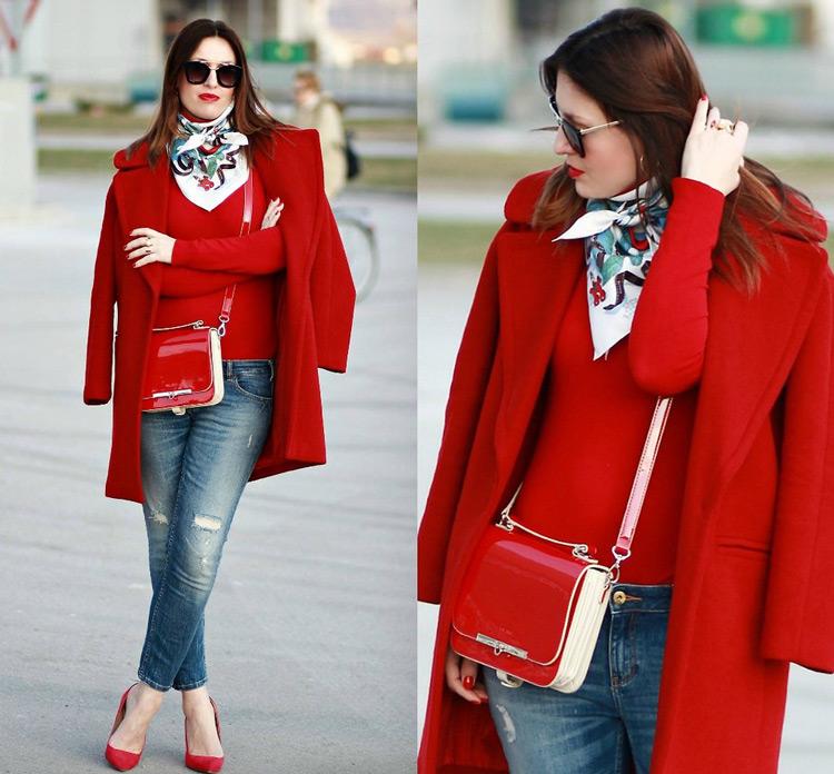 Девушка в платке и красном пальто