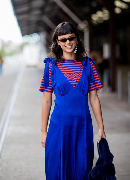 Девушка в синем длинном платье и футболке в полоску