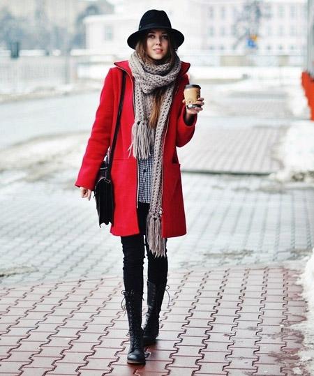 Двушка в сером шарфе и красном пальто