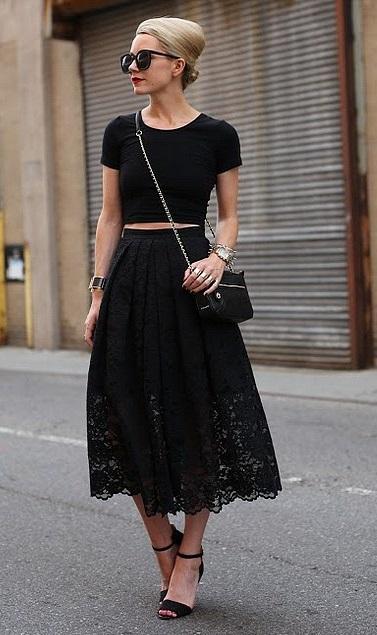 Девушка в длинной темной юбке