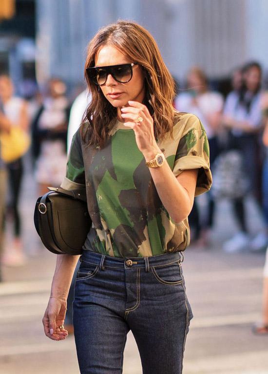Виктория Бекхем в зеленой футболке и простых джинсах с высокой талией