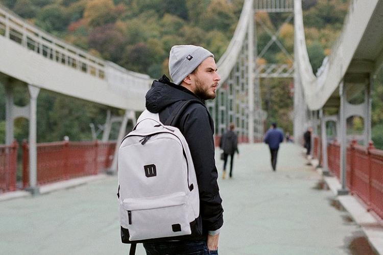 парень с рюкзаком на мосте