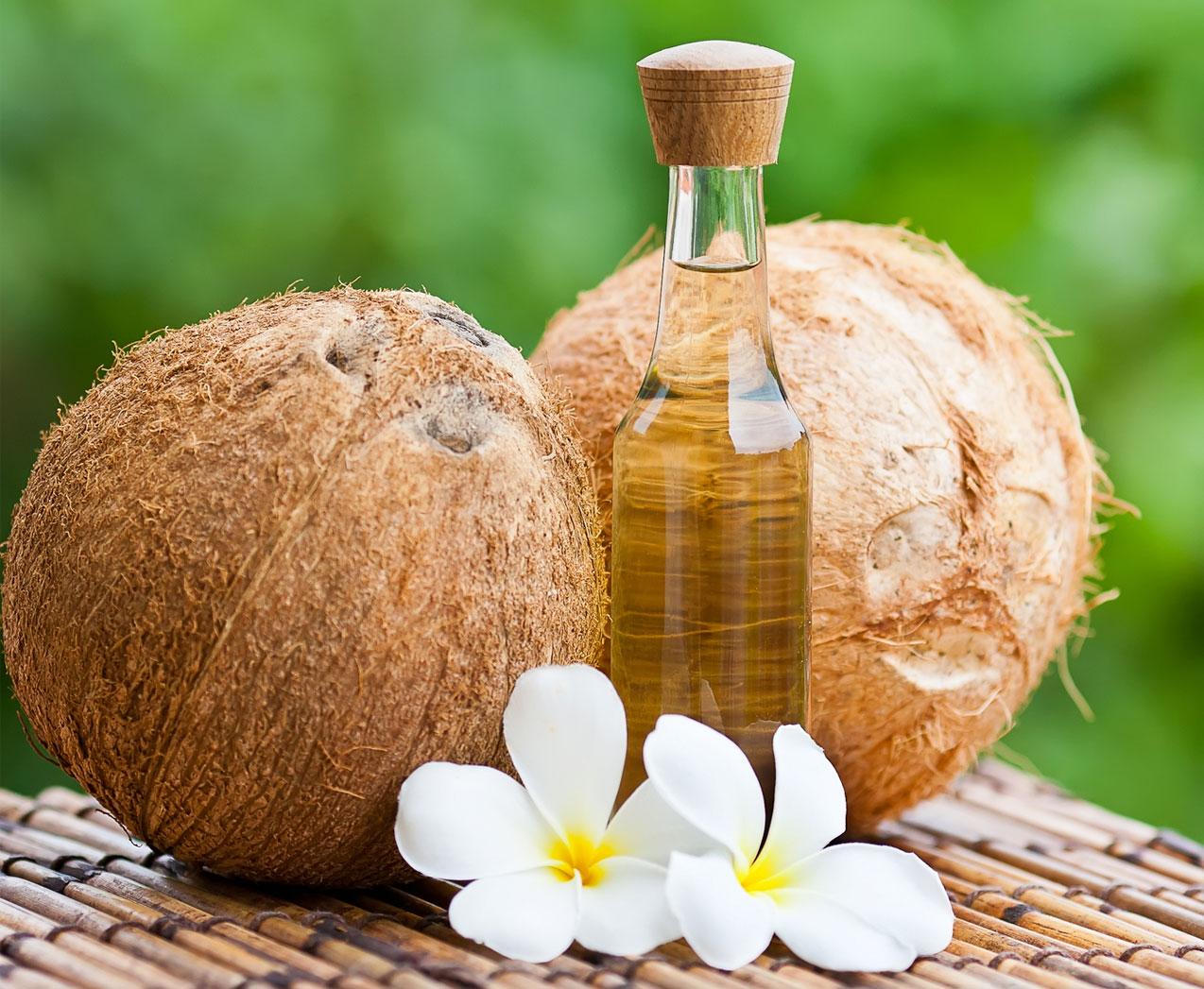 Два кокоса, цветок и бутылочка масла
