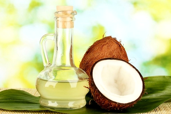 Кокосовый орех и рафинированное масло в бутылке