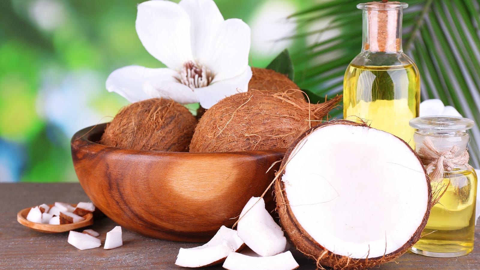 Кокосовое масло, кокосы и цветы