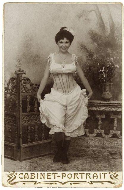 Девушка в корсете, 19-й век, романтический стиль