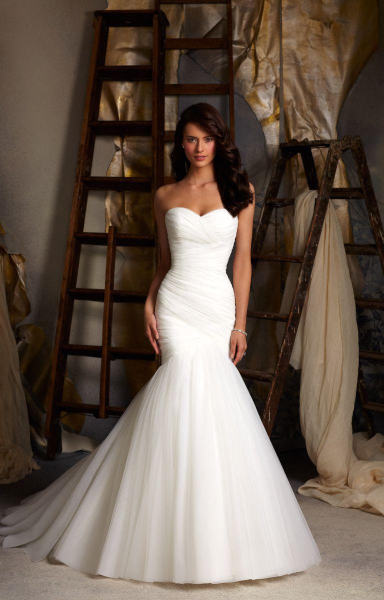 кружевное свадебное платье рыбка - причёска длинные волосы набок