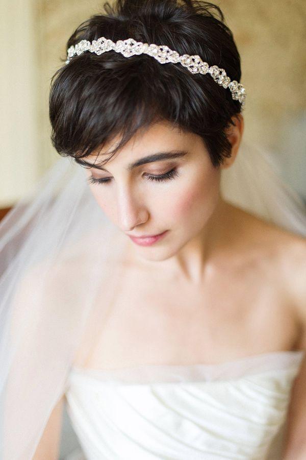 кружевное свадебное платье рыбка - причёска короткие волосы фата