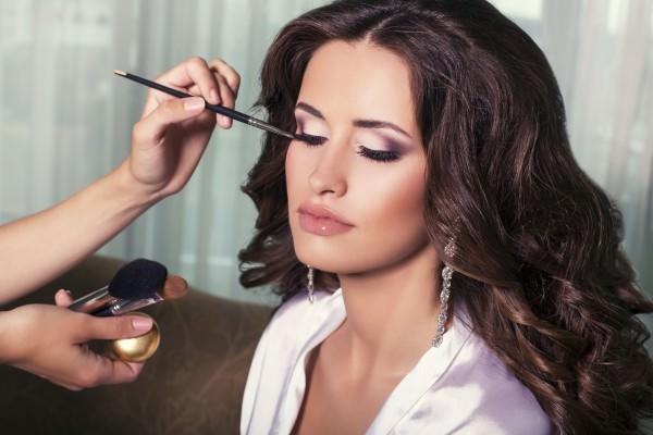Девушке делают макияж