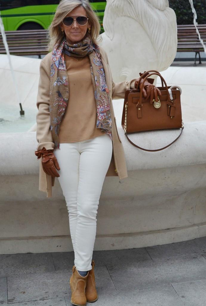 белые брюки под легкое пальто бежевое