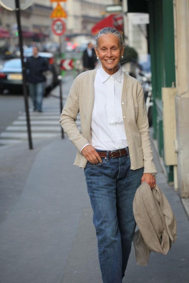 джинсы синие под рубашку белую кофту бежевую