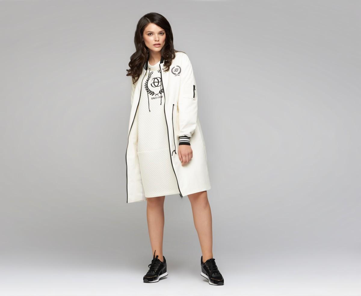 белое платье под пальто в тон