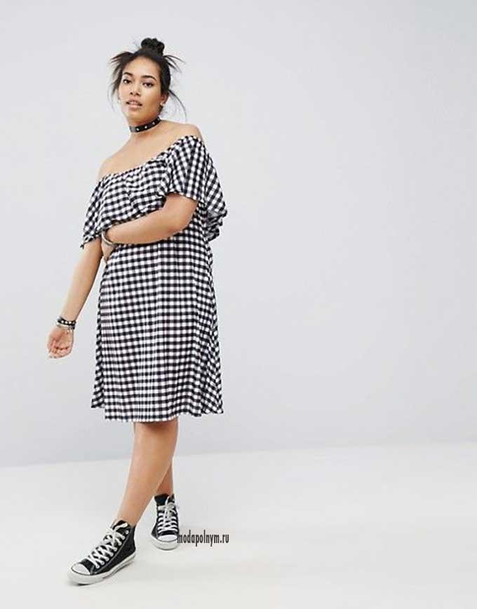 Платье для полных со спущенными плечами в стиле оверсайз