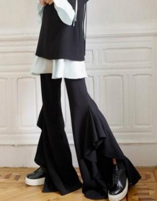 Сапоги неплохо сочетаются с брюками клеш