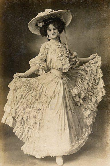 Платье в романтическом стиле на девушке, 19-й век