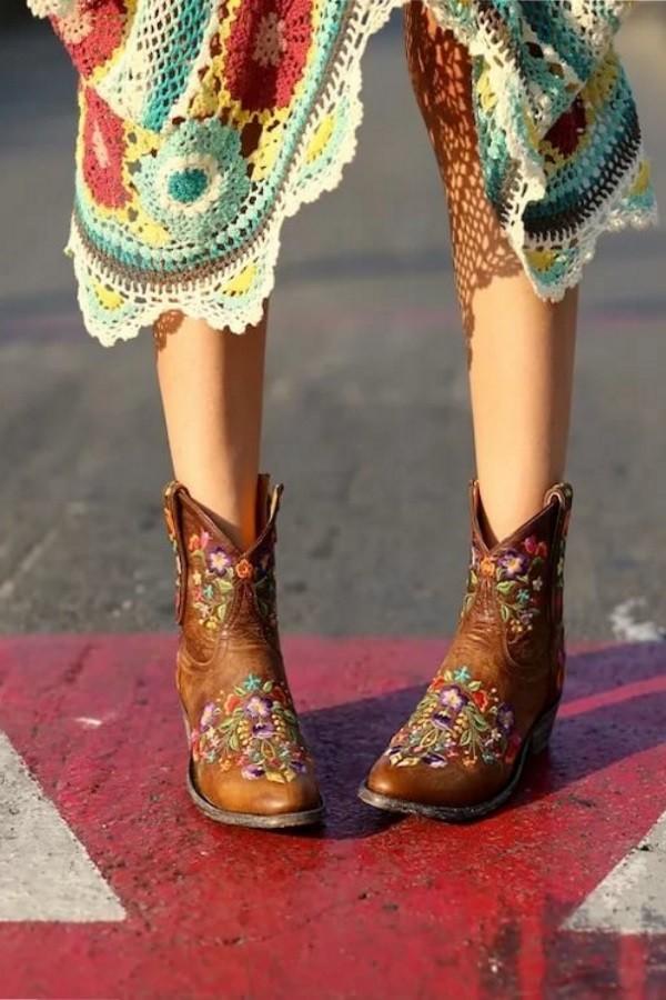 модель обуви - казаки очень подходит для стиля бохо