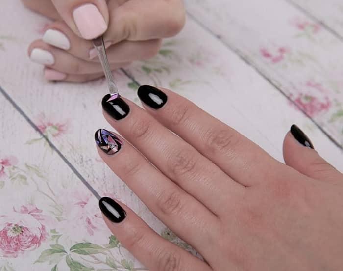 Аппликация на ногтях «битое стекло»