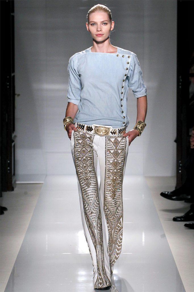 Белые брюки, украшенные бусинами