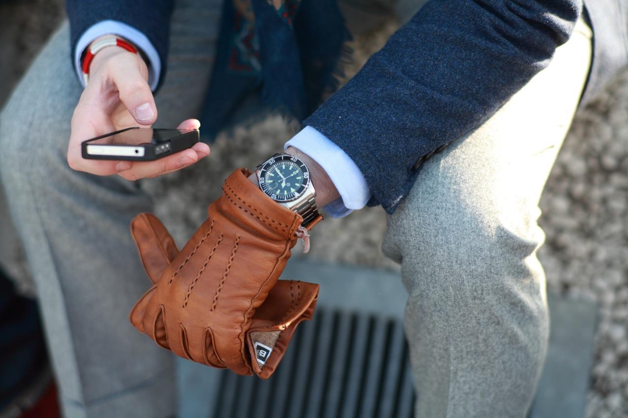 Мужские перчатки коричневого цвета