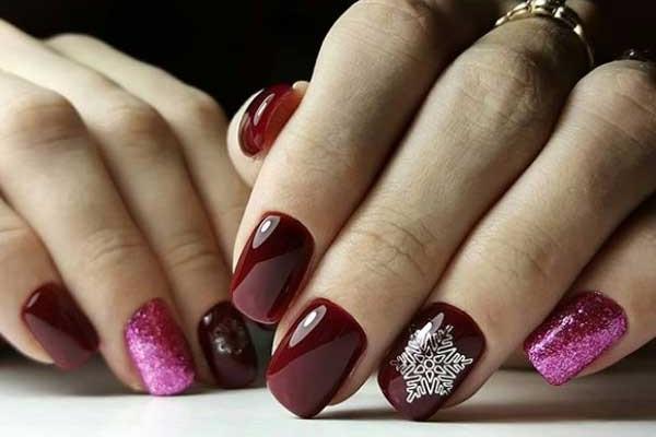 Красивая снежинка на ногтях