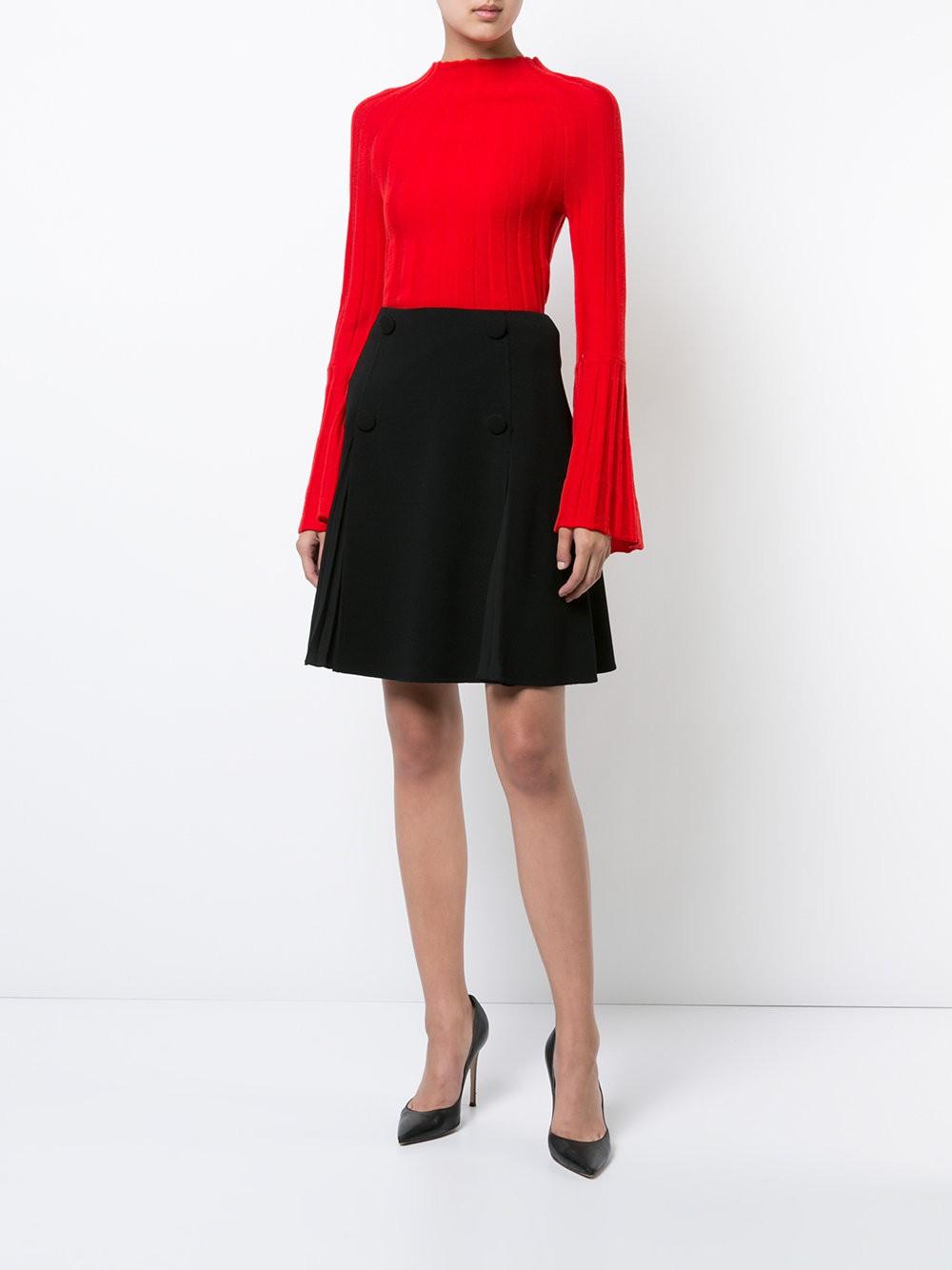 модный свитер ярко красного цвета