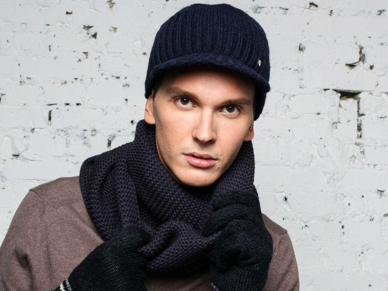 мужские головные уборы зима 2019-2020: вязанная шапка с козырьком
