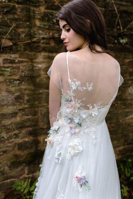 Декор свадебного платья цветами